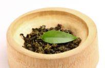 feuilles-seches-et-courbees-de-the-vert-avec-une-feuille-fraiche-34644089